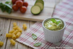 Pesto di zucchine, basilico e acciughe