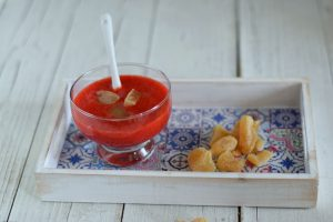 Smoothie rosso con fragole e zenzero