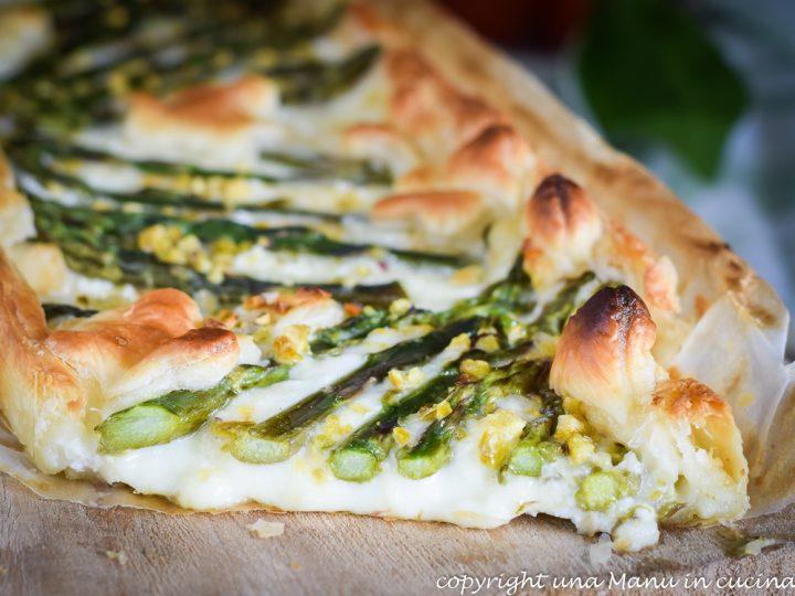Per cominciare, tagliate la parte coriacea agli asparagi (potrete usarla  per arricchire un brodo vegetale) e lessate le punte in acqua bollente.