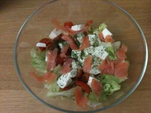 insalata fresca con salmone in recipiente di vetro