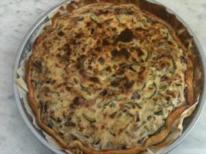 rustica di zucchine e formaggio morbido pronta per essere mangiata