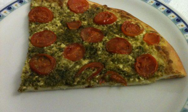 Pizza stracchino pesto e pomodorini