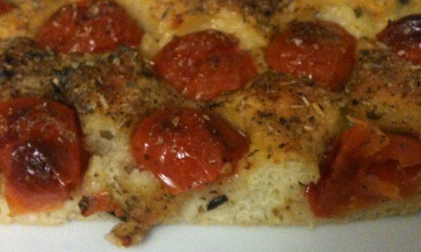 Focaccia alle patate con pomodorini