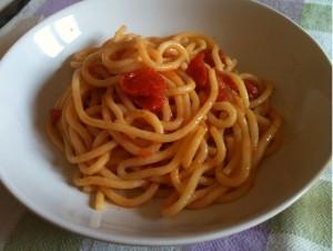 pici all'aglione ricetta toscana disposti in un piatto fondo