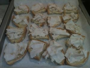 fette di pane sulla teglia con le fettine di lardo