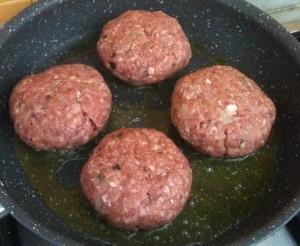 hamburger giapponesi che stanno rosolando