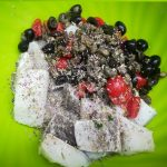 recipiente con baccalà olive capperi pomodorini e origano