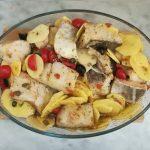 Pirofila di vetro con all'interno disposto il baccalà con le patate saporite