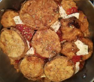 melanzane nel tegame con pomodoro e mozzarella nel tegame