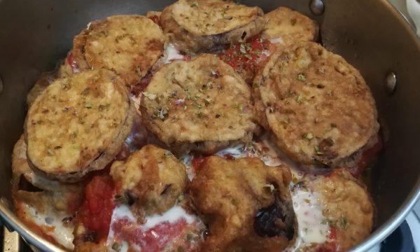 Melanzane al tegame pomodoro e mozzarella