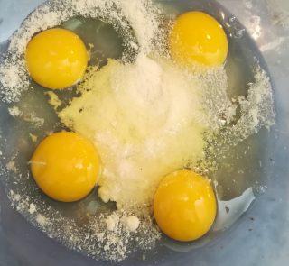 ciotola con quattro uova e parmigiano grattato