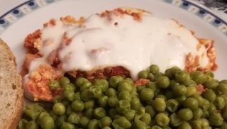 uova strapazzate pomodoro e mozzarella con piselli al burro