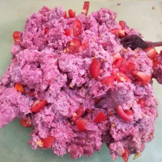 carne macinata mescolata con i pezzetti di pomodoro