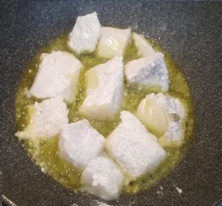 baccalà a pezzettoni infarinato che frigge in olio extravergine di oliva