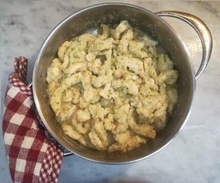 gli straccetti di pollo al limone aromatizzati nel tegame pronti per essere serviti