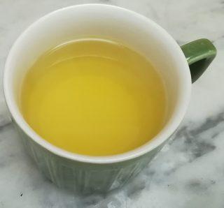 acqua di bollitura delle carote messa da parte in una tazza