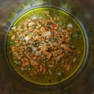 battuto di carota cipolla sedano e prezzemolo che rosola in abbondante olio extravergine d'oliva