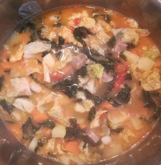minestra con tutte le verdure che stanno cuocendo in abbondante brodo