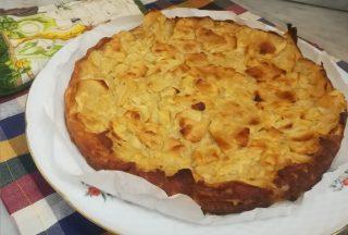 Torta di mele morbida e velocissima servita su un piatto da dolce
