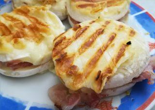 sandwich di tomino pronto per essere mangiato