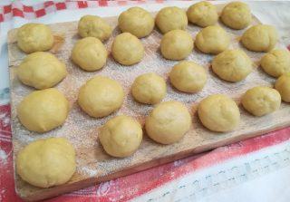 palline di castagnole al limoncello pronte per la frittura