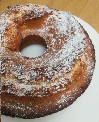 berlingozzo un dolce a forma di ciambella con sopra lo zucchero a velo