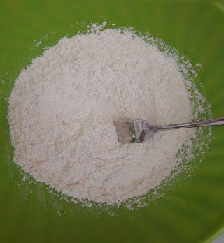 forchetta che mescola farina al composto di burro e zucchero
