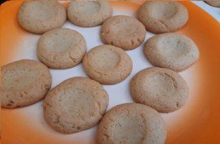 biscotti cotti e disposti su un piatto in attesa della decorazione