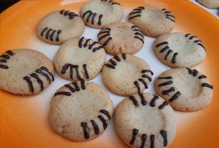 biscotti con la prima decorazione, disegnate con la penna al cacao per decorazione, 8 zampette ai lati della conca
