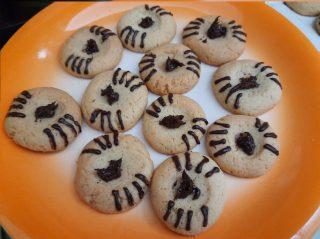 biscotti con al centro della conca una punta di cioccolato spalmabile