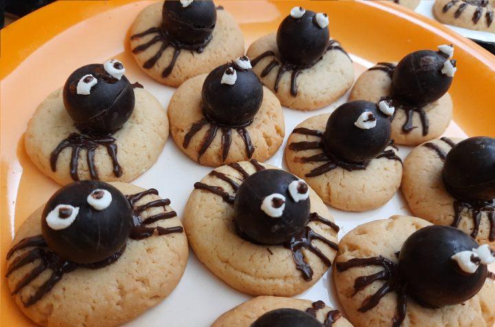biscotti ragno disposti su un piattoarancione piano largo