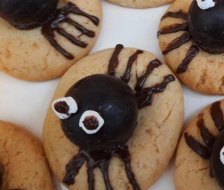 biscotto in primo piano con occhi di zucchero