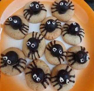 Biscotti ragno disposti in un piatto piano