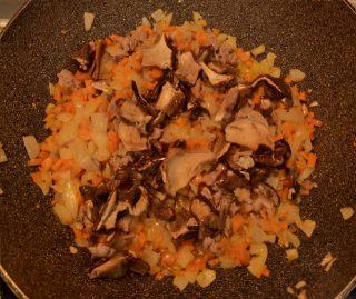 funghi porcini che soffriggono insieme agli altri ingredienti nella padella