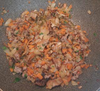 prezzemolo tritato sottile e aggiunto a tutti gli altri ingredienti in padella