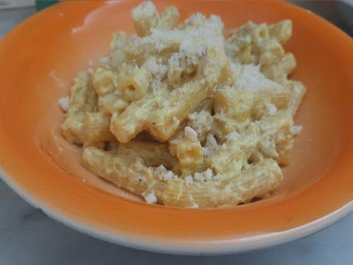 Pasta con crema di porri salsiccia e zafferano
