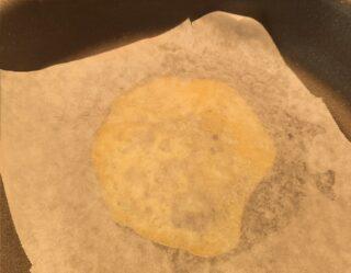 cialda croccante con carta da forno nella padellina