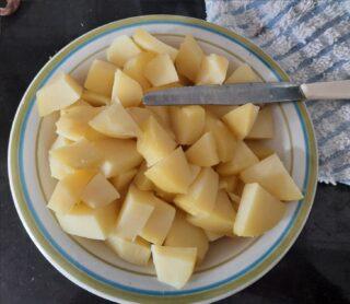 patate lessate fredde tagliate a cubetti