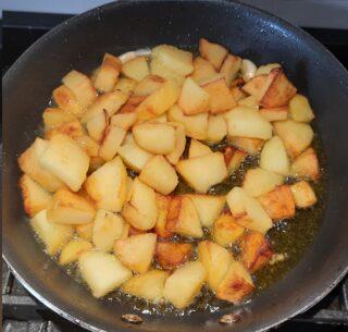 patate che stanno friggendo