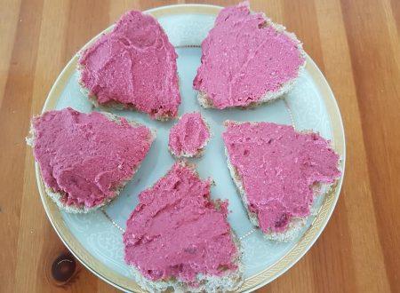 Crostini di pane con crema rosa
