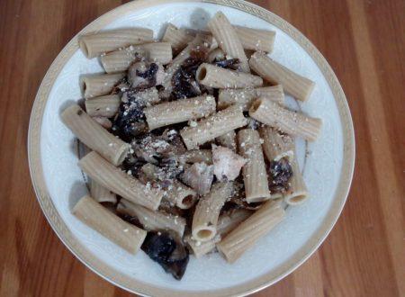 Tortiglioni integrali al radicchio, salmone e mandorle
