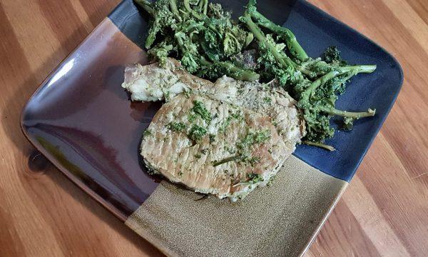 Braciole di maiale alla senape con broccoletti