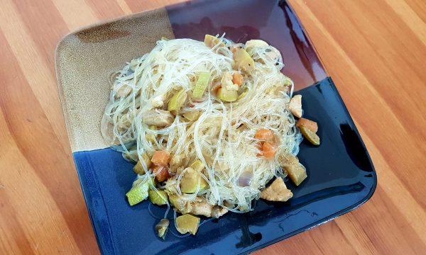 Spaghetti di soia alle verdure e pollo