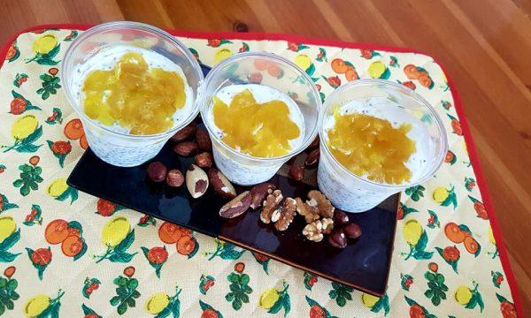 Coppette di yogurt, semi di chia e marmellata allo zenzero