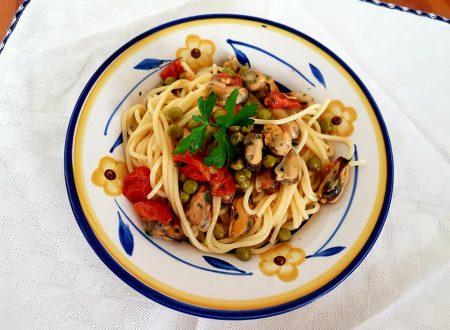 Spaghetti alle cozze, piselli e pomodorini