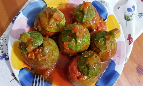 Zucchine tonde ripiene in umido