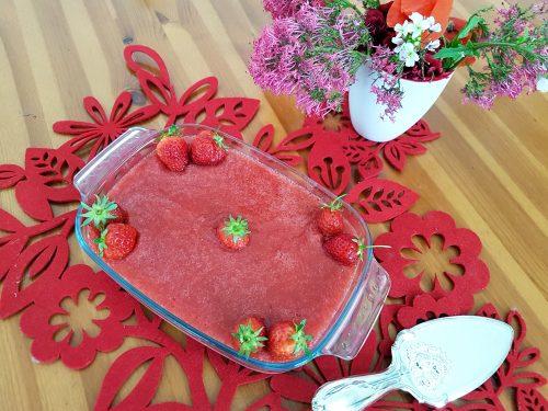 Dolce bicolore alle fragole e biscotti
