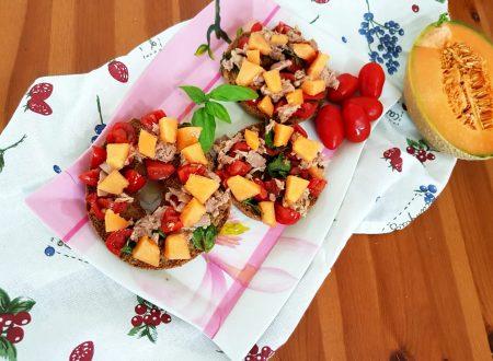 Friselle integrali con pomodori, tonno e melone