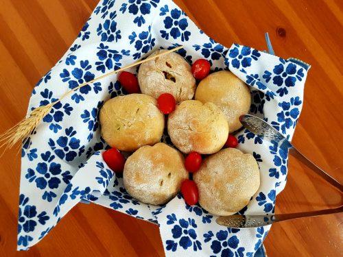 Panzerotti ripieni di olive e pomodori