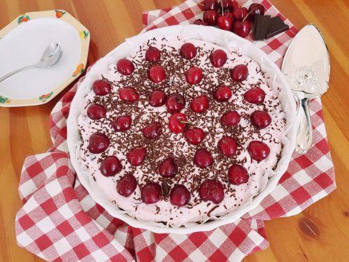 Torta fredda alle ciliegie e cioccolato